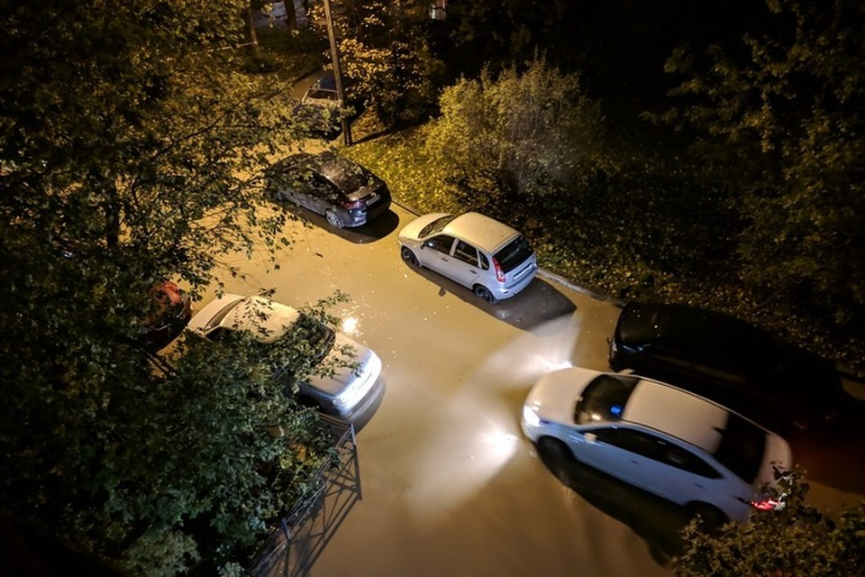 Прорыв трубы превратил дворы трех домов по улице Лени Голикова в озеро. Фото: ДТП и ЧП | Санкт-Петербург | Питер Онлайн | СПб