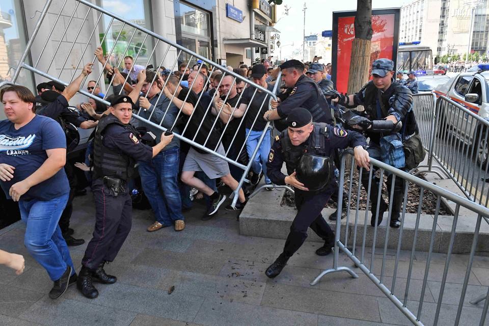 Во время несанкционированных акций в Москве «протестующие» в прямом и переносном смысле давили на полицию. А потом гневно осуждали ответную «жестокость»...