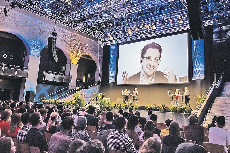 Экс-сотрудник американских спецслужб Эдвард Сноуден в России ведет жизнь затворника. Изредка участвует в международных конференциях по проблемам информационной безопасности - и то дистанционно.