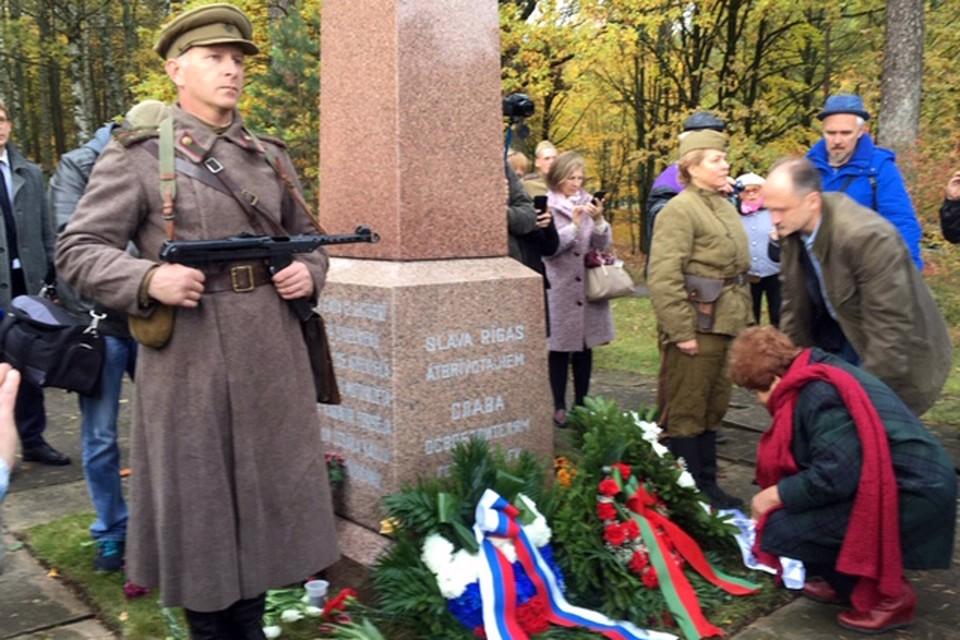 Дань памяти освободителям Риги: такую картину в столице нынешней Латвии увидишь нечасто