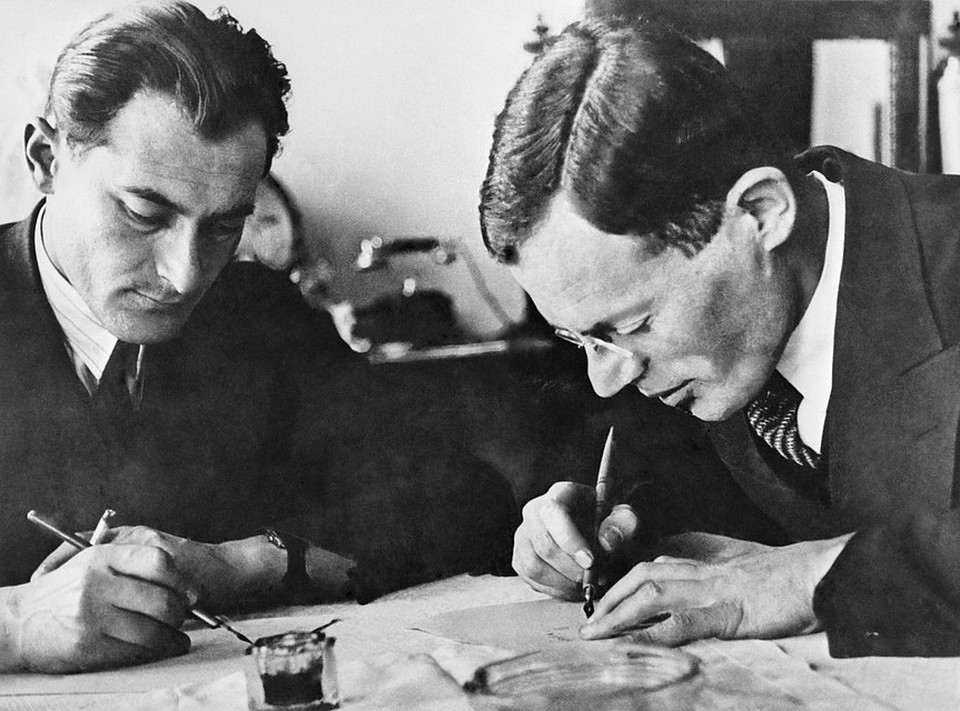 Писатели Илья Ильф (на снимке справа) и Евгений Петров за работой