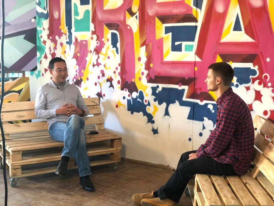 """В первом выпуске своего """"Айсблога"""" глава Якутии Айсен Николаев встретился с уличным художником Никитой Кузнецовым."""