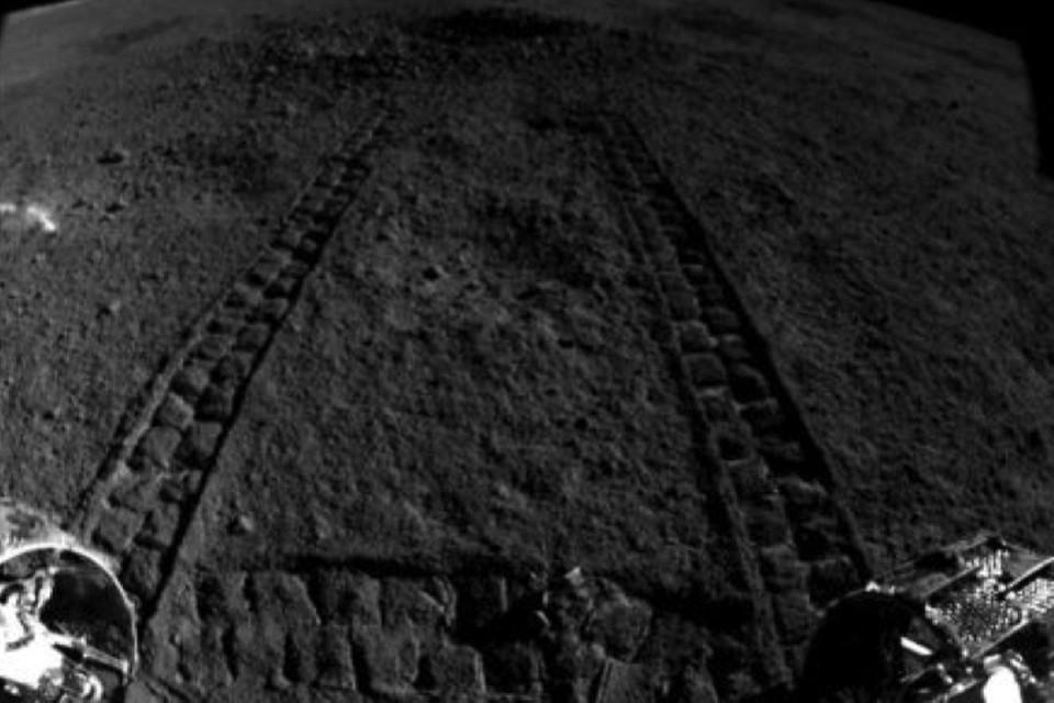 Небольшой кратер на обратной стороне Луны заинтриговал весь мир.