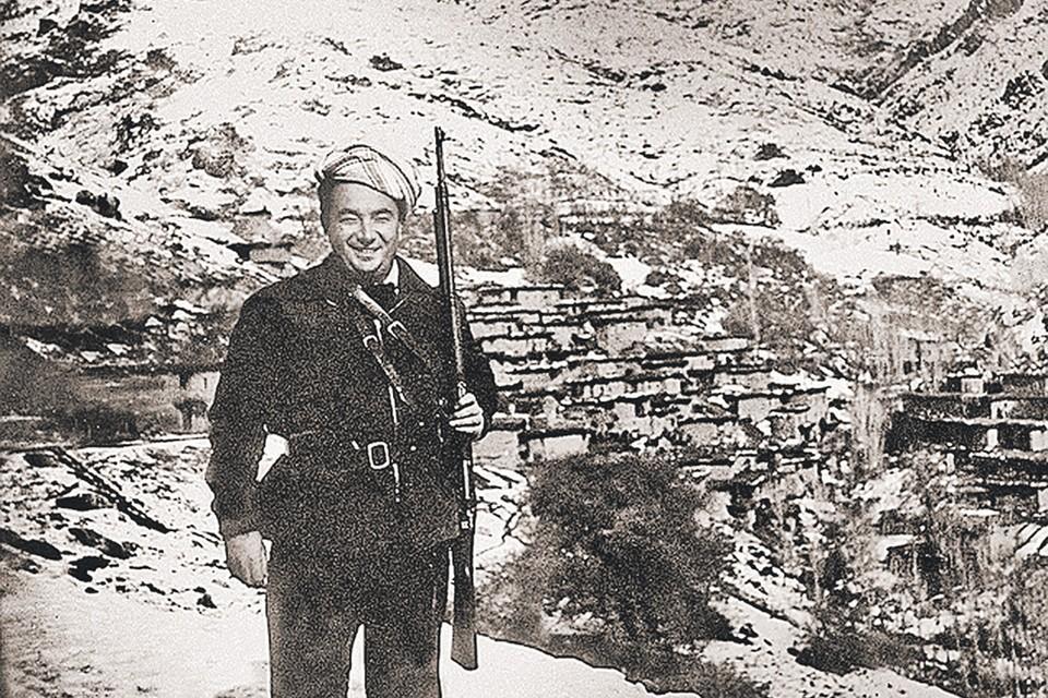 В Северном Ираке Примаков вел переговоры, в том числе с курдами, но оружие в руки брал лишь для фото. Фото: Семейный архив Е. Примакова