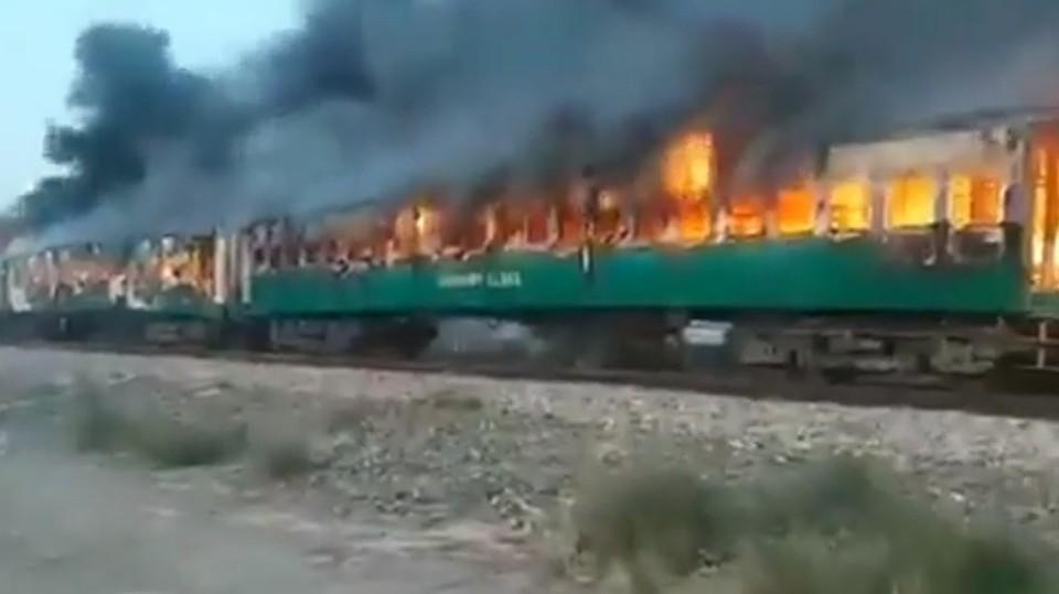 Очевидцы наблюдали, как мчался по рельсам горящий поезд: люди выпрыгивали из окон. Фото: кадр из видео.