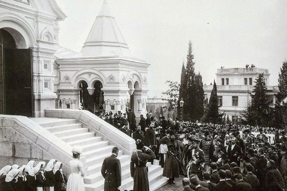 Николай II с семьей посещает собор Александра Невского в Ялте. Теперь он располагается на улице имени одного из убийц императора. Фото: Facebook\Крым. История.