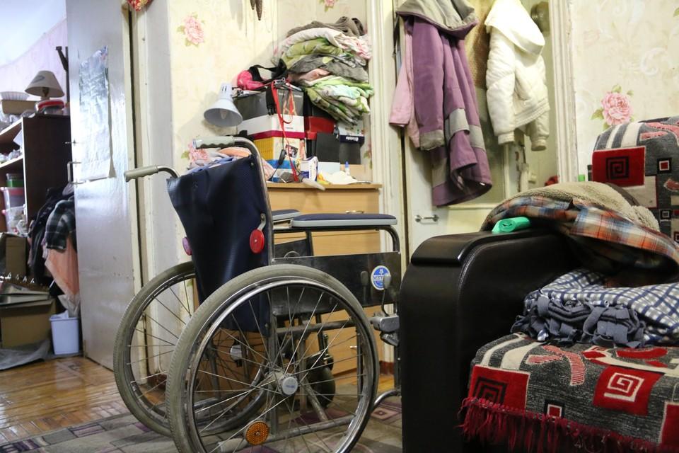 Даже на домашней коляске в хрущевке дальше жилой комнаты не выехать
