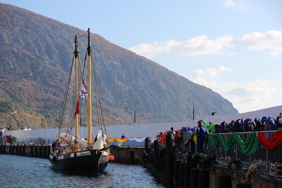 В «Артеке» торжественно встретили парусное судно.