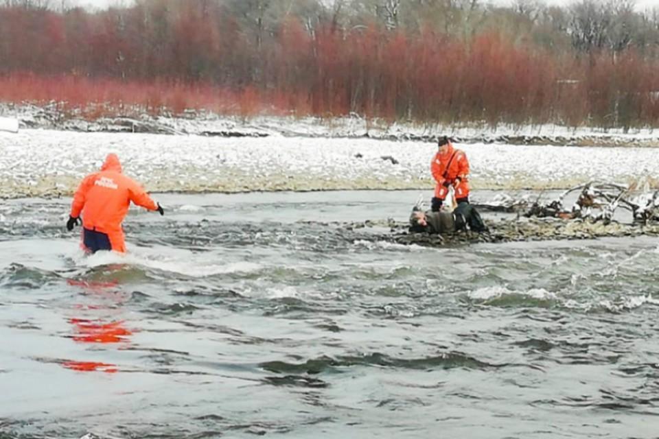 Спасатели из Комсомольска эвакуировали с реки замерзающего человека