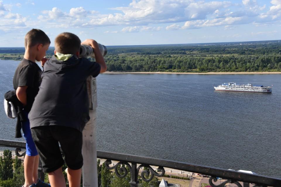 Нижний Новгород. Смотровая площадка с видом на Волгу на Чкаловской лестнице.