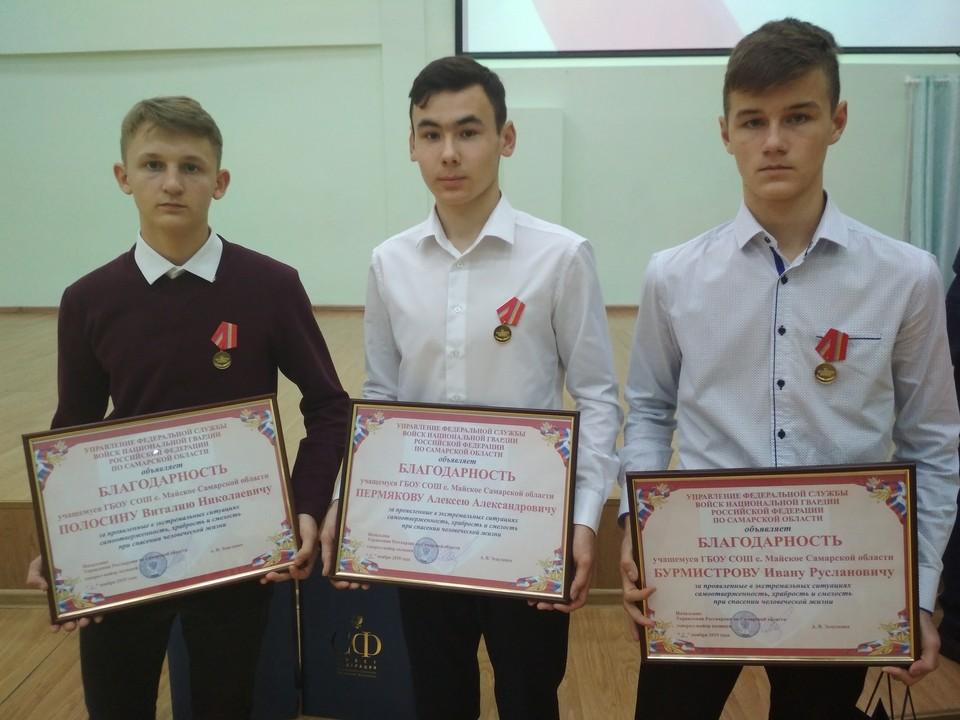 Виталий Полосин, Леша Пермяков и Ваня Бурмистров (слева направо) не раздумывая бросились на помощь попавшей в беду односельчанке