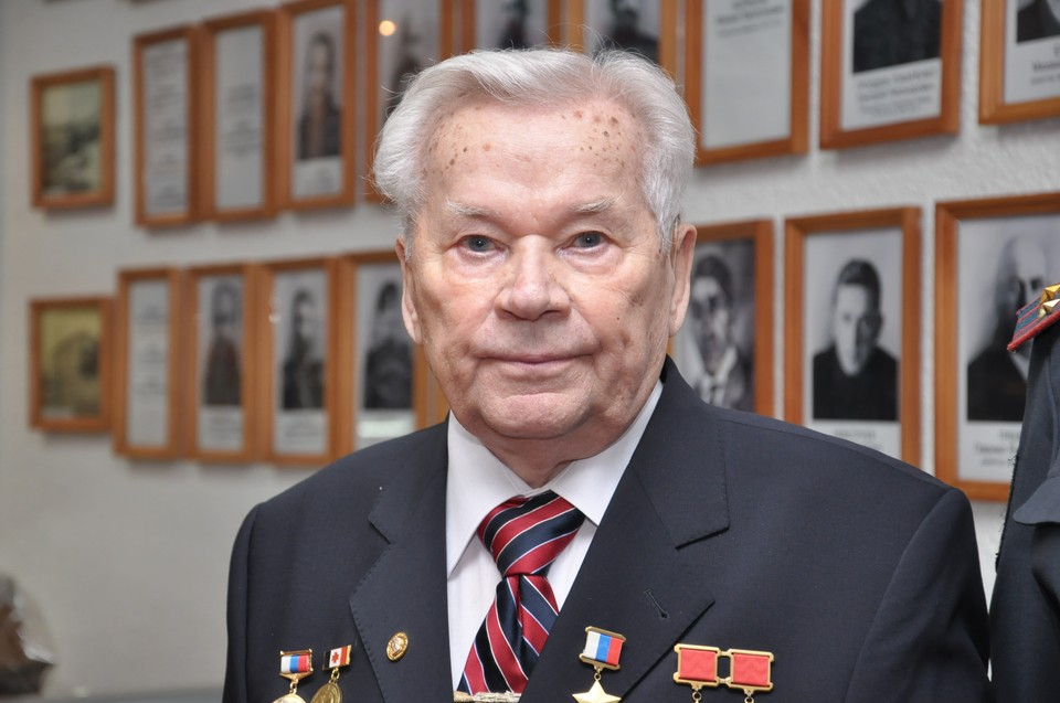 К концу жизни сержант Михаил Калашников стал генерал-лейтенантом, дважды Героем Соцтруда и Героем России. А у его автомата - 150 модификаций