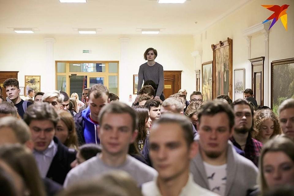 Несколько сотен студентов собрались в холле университета, чтобы высказать свое несогласие