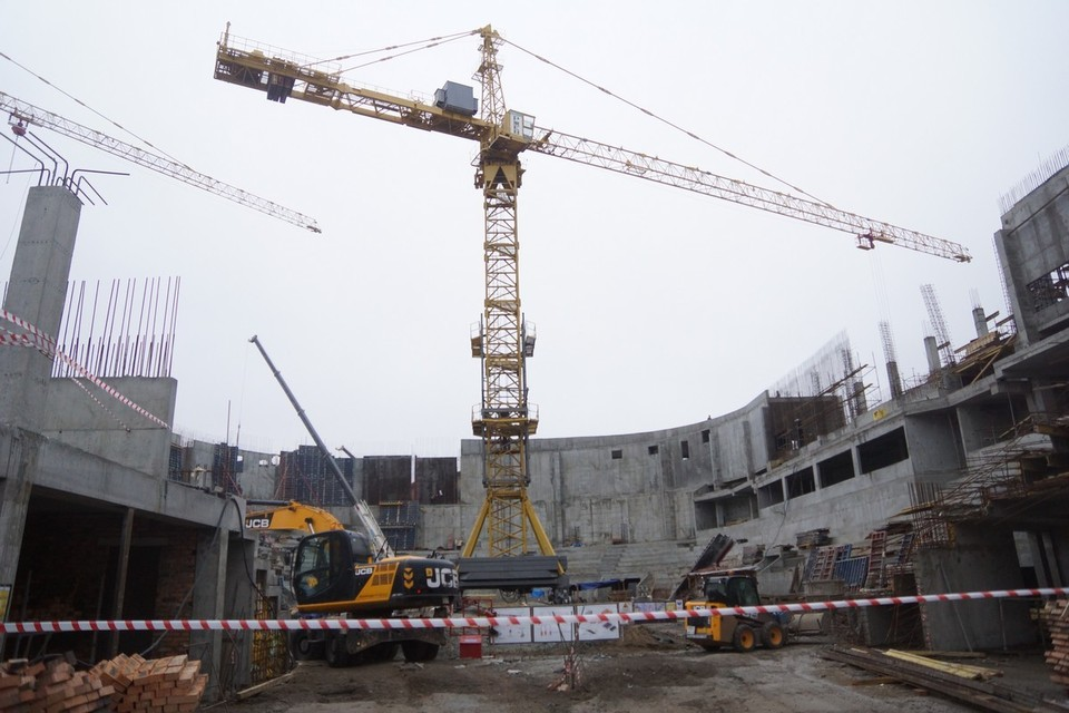 Стены готовы почти полностью, остался только технологический проем для въезда техники