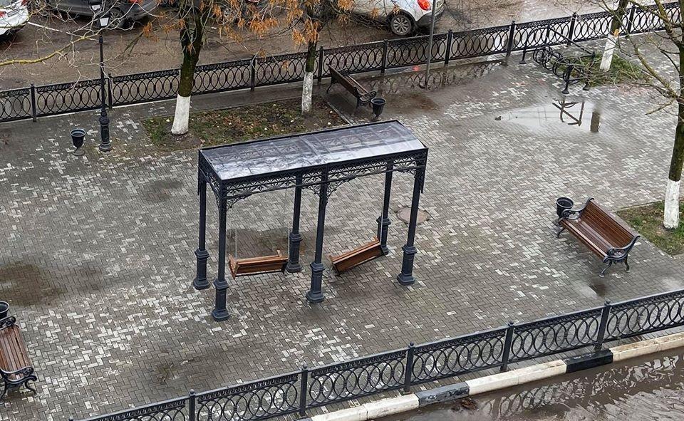 Качели на Радищева остались висеть на одной цепи Фото: facebook.com/протоиерей Вячеслав Баскаков