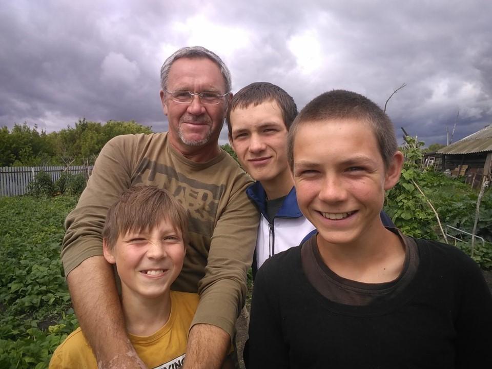 Иван Сидоров в одиночку воспитывает трех сыновей