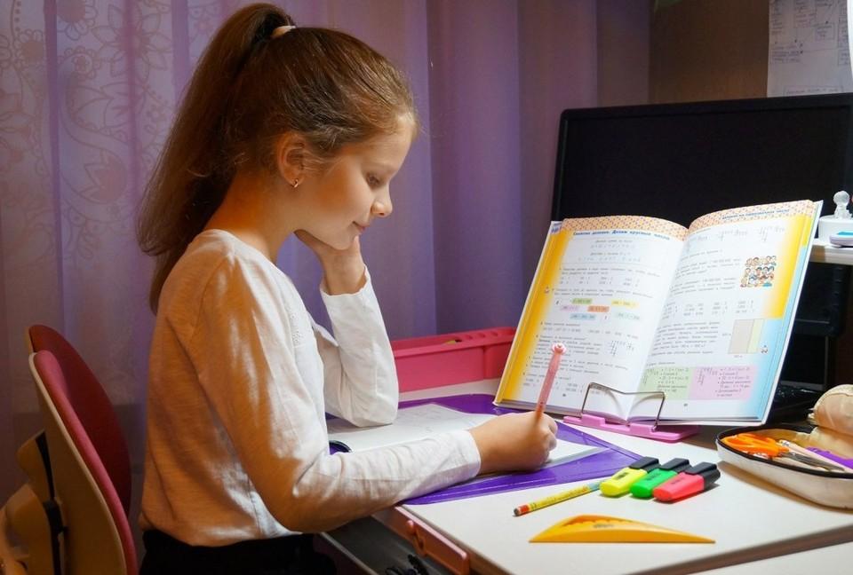Даша занимается дома самостоятельно.