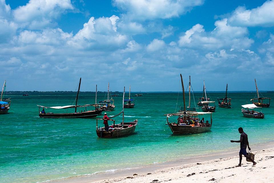 Зачем лететь на Занзибар? Сейчас там тепло. Красивые пляжи, кораллы для дайверов, отели любого уровня