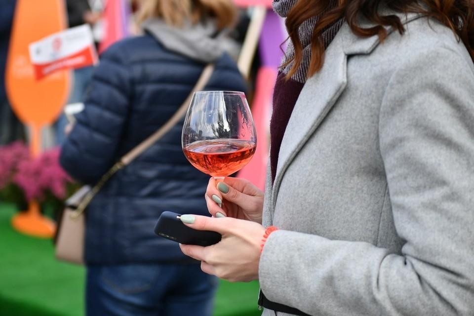 Осень - самое подходящее время для того, чтобы согреться бокалом вина. Фото: пресс-служба Минкурортов РК