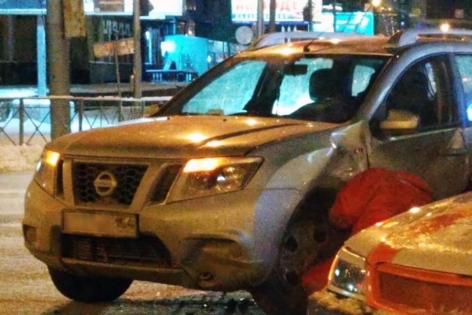 Водитель «Ниссана» решил пересечь Красный проспект на красный свет. Фото: «АСТ-54».