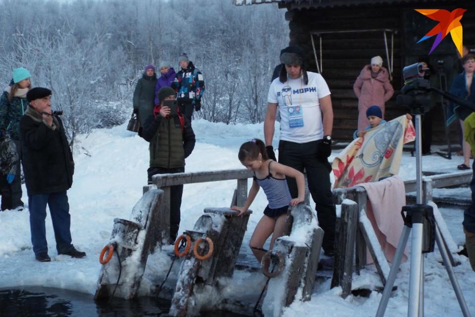 Даже дети не испугались ледяной воды, температура которой была всего +1. Фото: Полина Селиванова