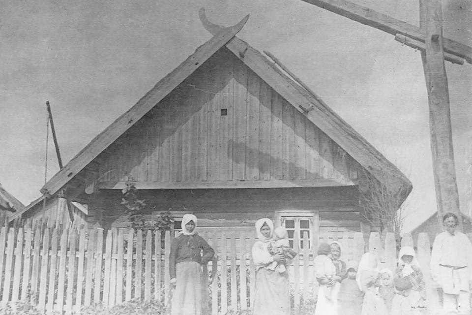 Оберегами у белорусов считались коньки скатных крыш. Фото: Книга «Белорусы на снимках Исаака Сербова»