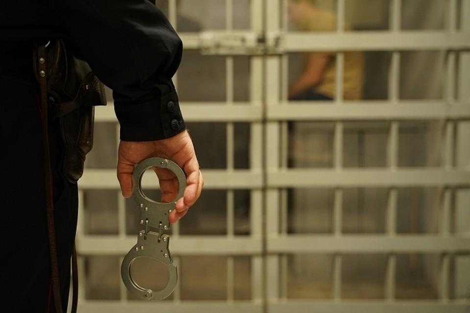 Полицейские задержали убийцу в его квартире.