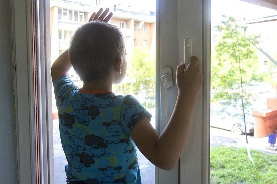Если днем для мальчика это было место для наблюдений за жизнью на улице, то этой ночью окно превратилось в спасительный выход, благо квартира находится на первом этаже.