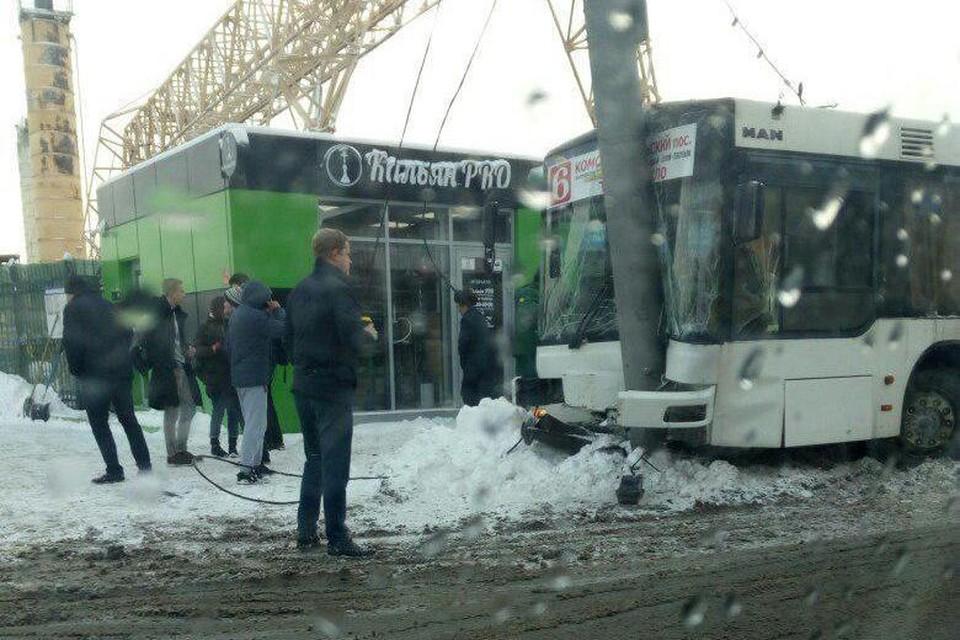 """Автобус протаранил столб в Саратове. Фото группы """"Типичный Саратов"""""""