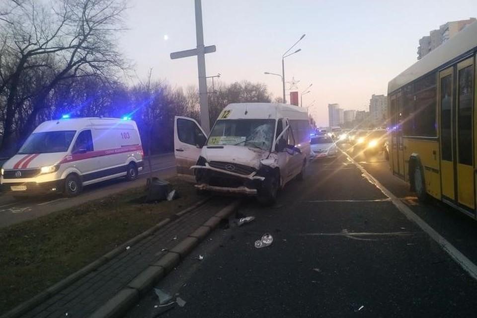 Водитель грузовика во время перестроения столкнулся с маршруткой. Фото: ГАИ.