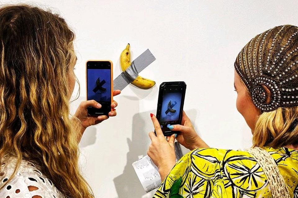 """По замыслу художника, банан - это символ """"мировой торговли, двойного смысла, а также классический объект юмора""""."""