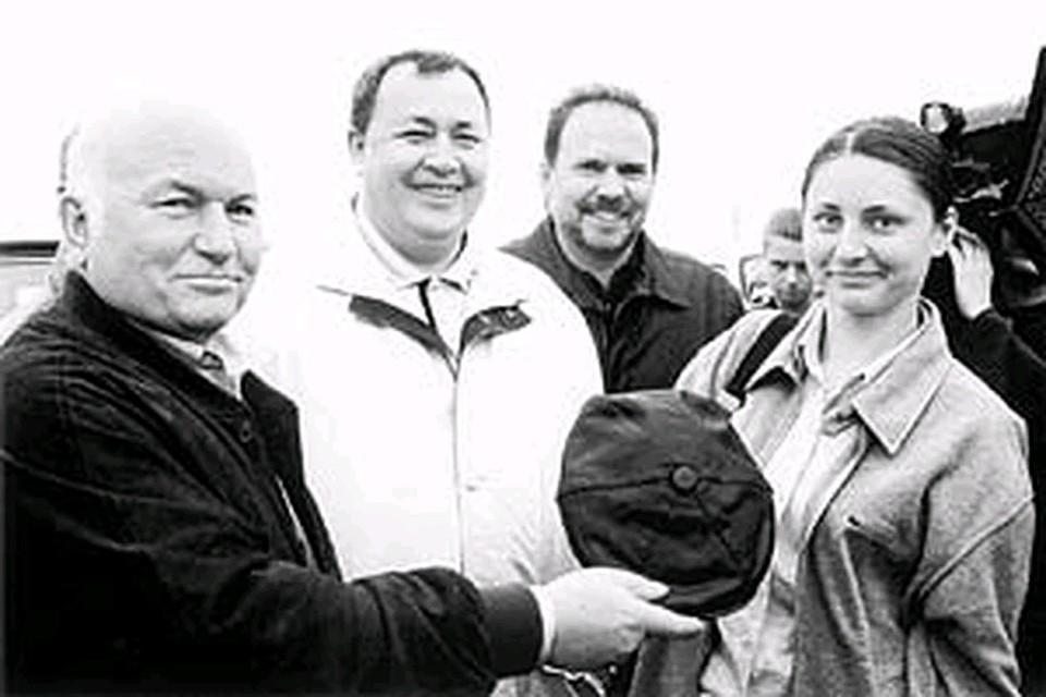 """В июле 2003 года мэр Лужков подарил журналистке """"КП"""" кепку."""