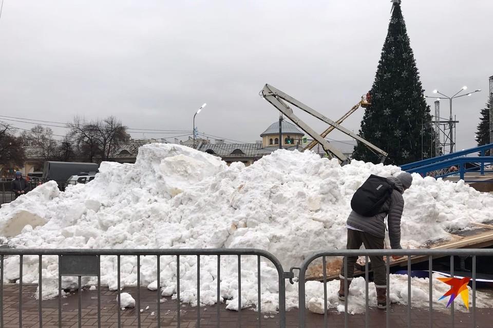 На площади Ленина в Рязани наморозили снега для сноубордистов.