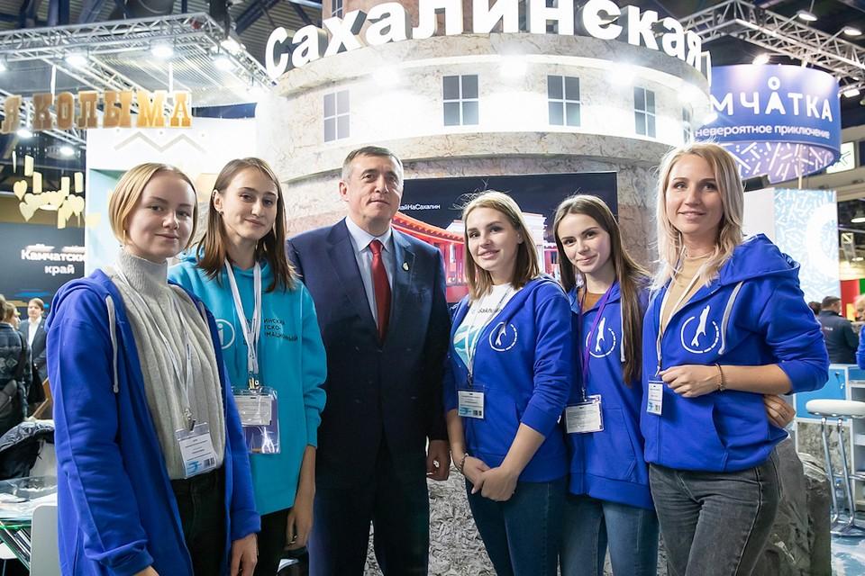 Губернатор Валерий Лимаренко с волонтерами на стенде Сахалинской области. Фото предоставлено пресс-службой правительства Сахалинской области.