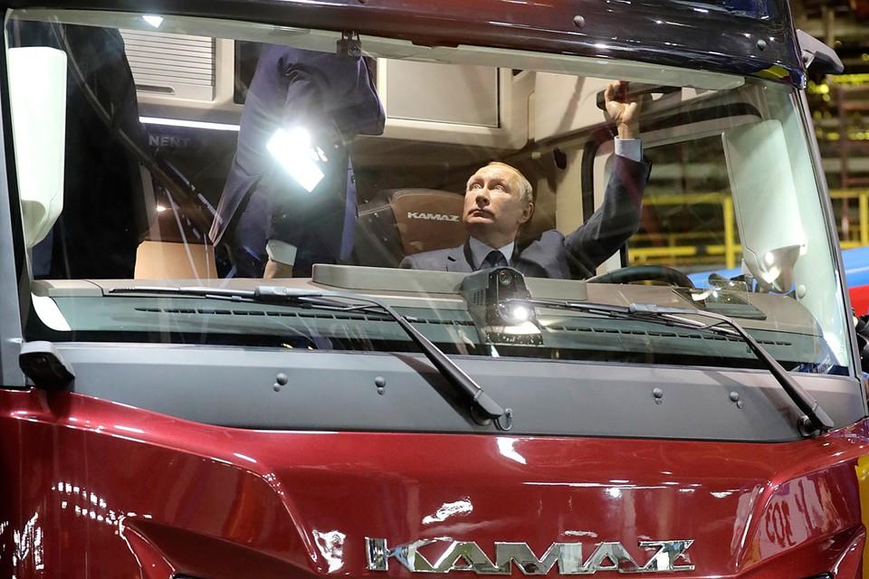 Президенту показали новую модель КАМАЗа и прототип грузовика КАМАЗ-2020. Фото: Михаил Метцель/ТАСС