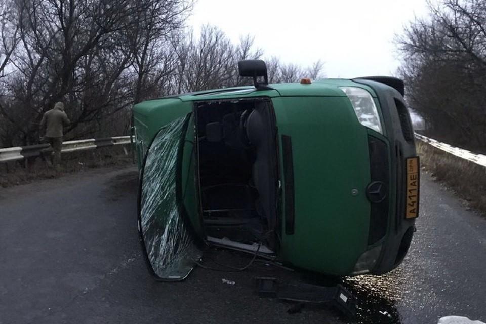 Водитель микроавтобуса «Мерседес Спринтер» гнал на КПП и не справился с управлением. Фото: @Prikhodko1970