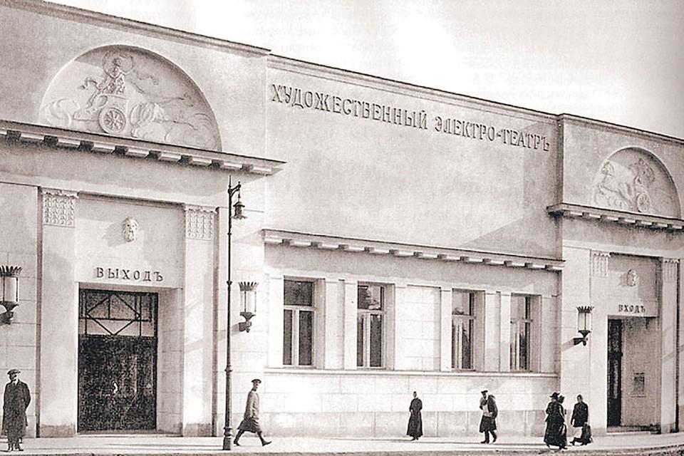 На фото 1912 года видны и колесницы, и маски-маскароны над входом-выходом. Мужская маска просматривается хорошо. Фото: ru.wikipedia.org
