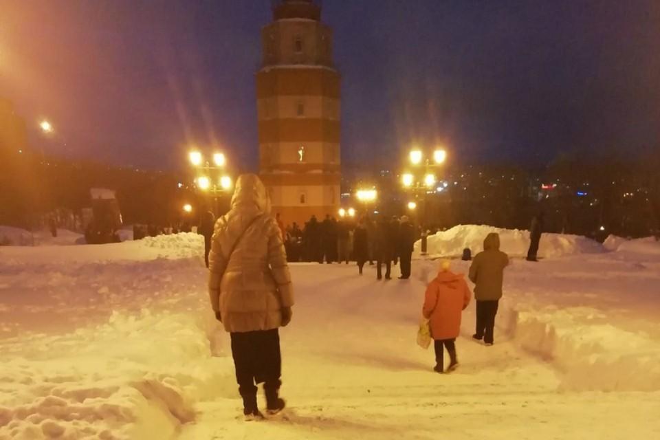 «Капитану не хватило трех метров, чтобы вырваться из огня»: В Мурманске  простились с Виктором Измайловым, который погиб при пожаре на «Адмирале Кузнецове»