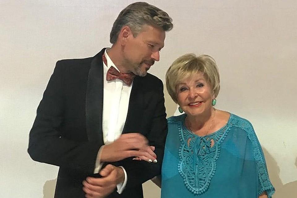 77-летняя телеведущая объявила, что выходит за него замуж. Избранник Ангелины Вовк на 25 лет моложе нее, но это, похоже, совсем не смущает жениха и невесту