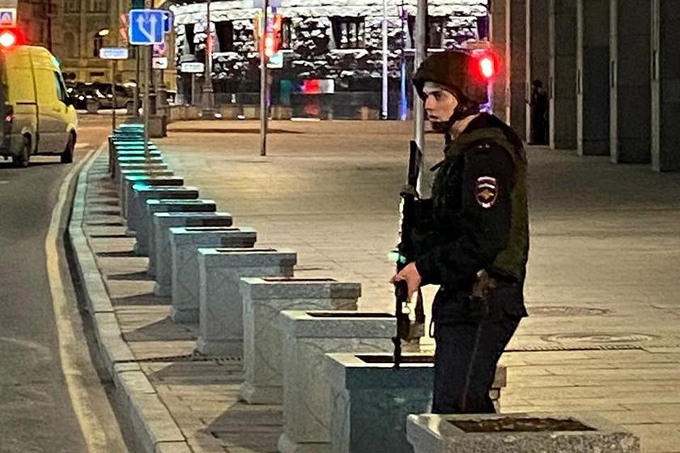 Полицейский на месте стрельбы в центре Москвы.