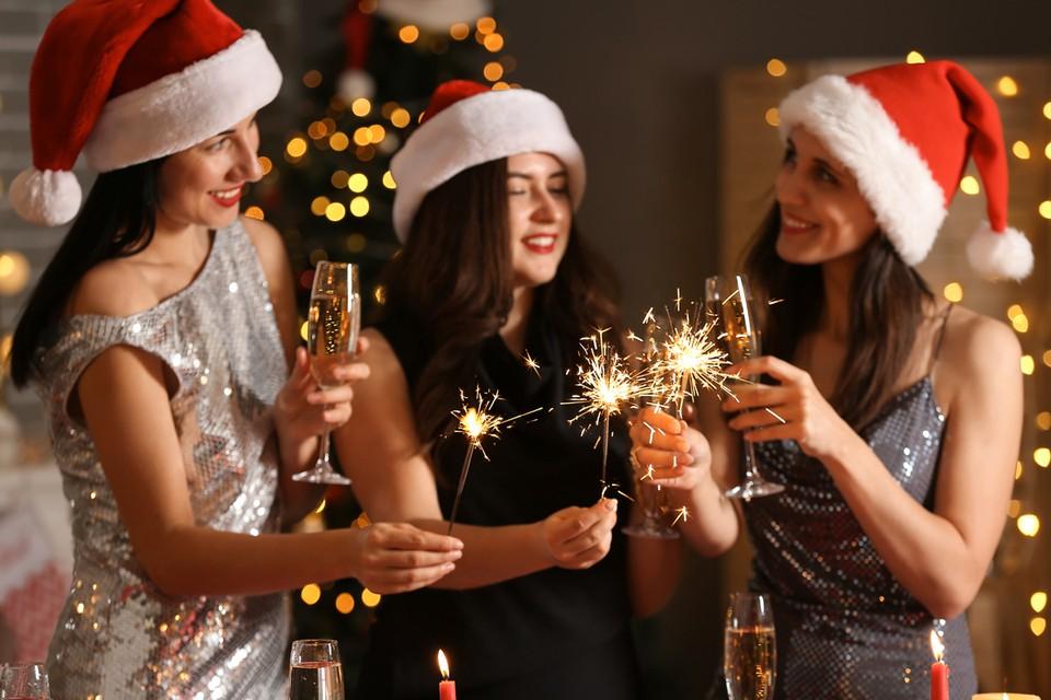 За новогодним столом принято пить не только вино или шампанское. Большой популярностью пользуются и алкогольные коктейли, состоящие из нескольких спиртных напитков.