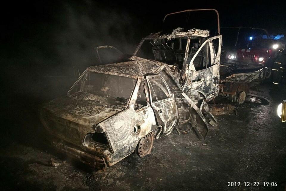Две машины сгорели после ДТП на трассе Тамбов - Саратов. Фото ГИБДД по Саратовской области