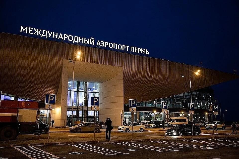 Аэропорт закрыт из-за непогоды до 16.00 по местному времени.
