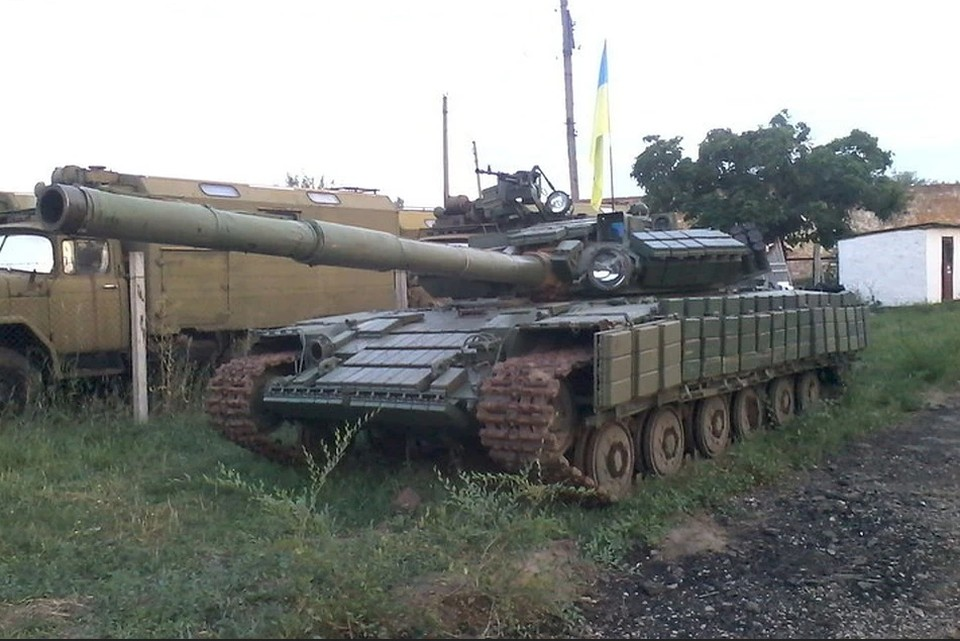 краинские военные поставили бронетехнику вблизи жилых домов в Луганском. Фото: УНМ