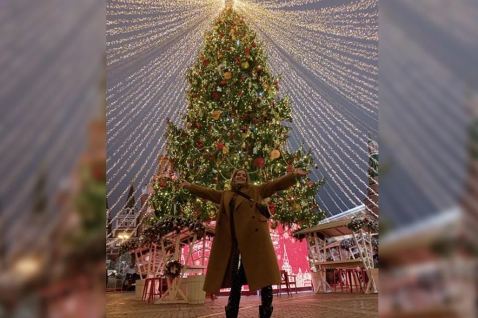 «Самая красивая елка в мире»: Наталья Водянова показала сыну новогоднюю Москву