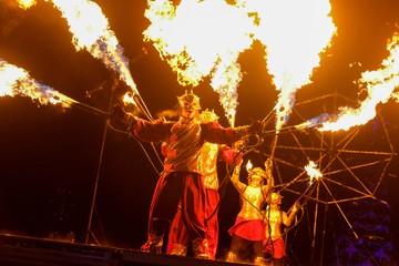 Как на стрелке Васильевского острова проходит фестиваль огня «Рождественская звезда»