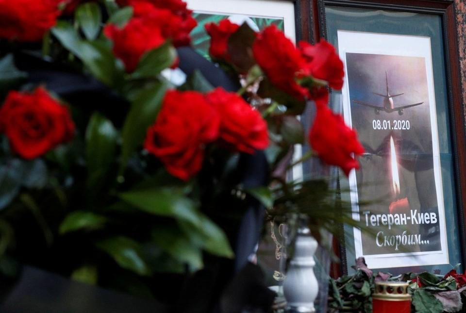 В аэропорт Борисполь граждане приносят цветы в память о погибших в авиакатастрофе