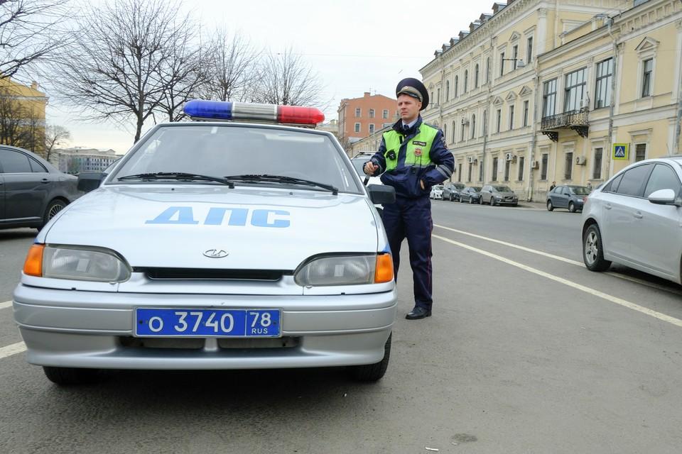 Девушка за рулем Mercedes сбила гаишника и протащила другого за машиной в Петербурге