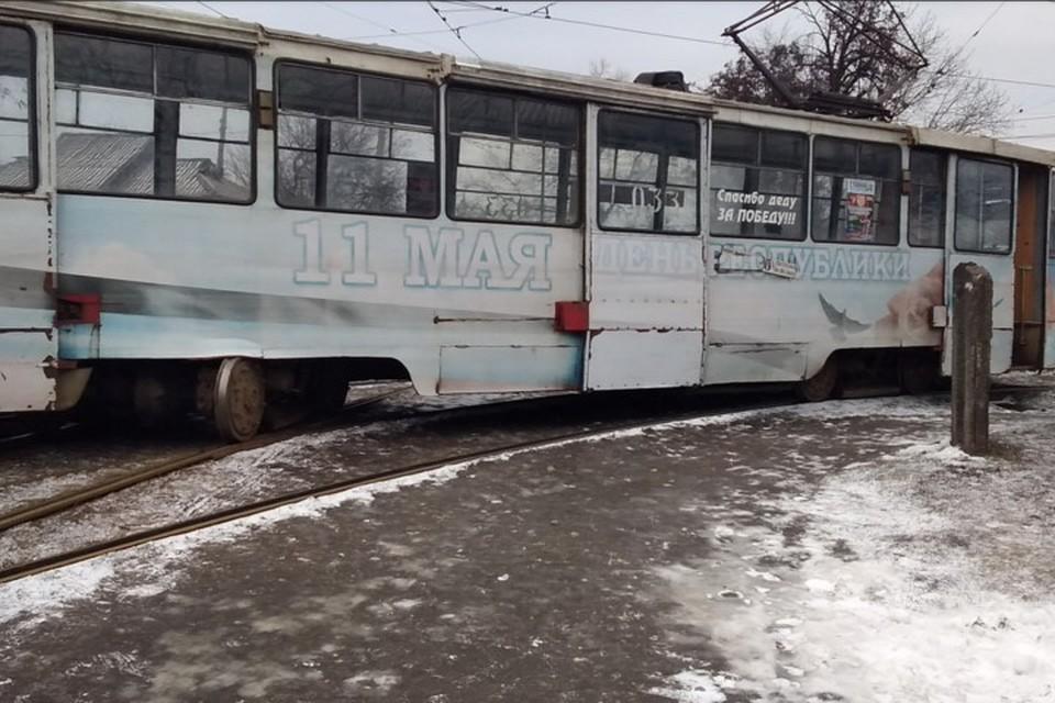 Колеса у трамвая разъехались по разным колеям. Фото: m.vk.com/wall-154596554_104509