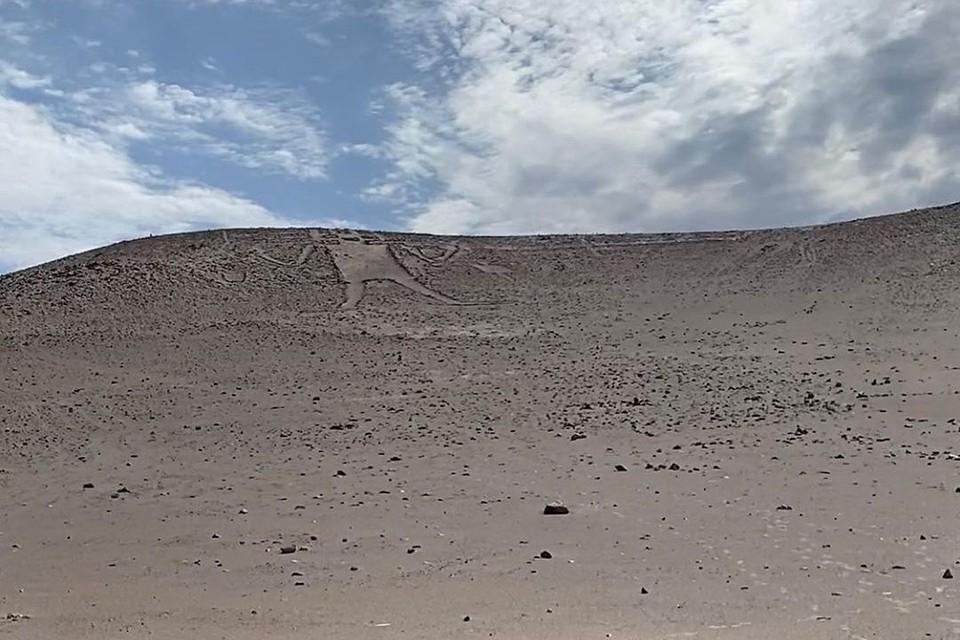 На фото тот самый геоглиф. Ниже неизвестные выложили из камней фаллос. Фото из инстаграма Анастасии.